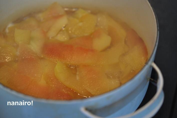 りんごの皮をコトコト煮ます。