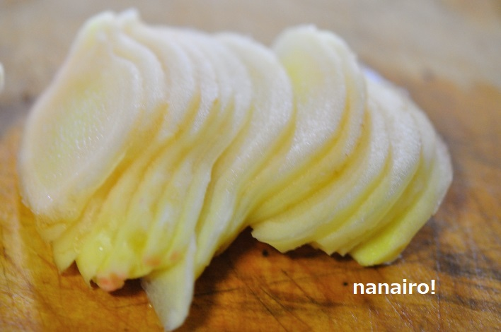 新生姜を薄切りにします。