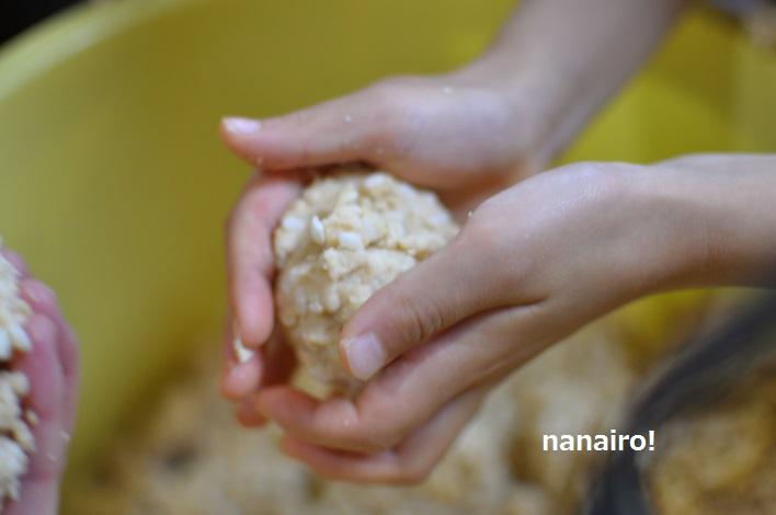手の大きさに合わせた味噌玉を作ります。