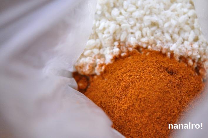 塩きり麹に唐辛子を混ぜます。