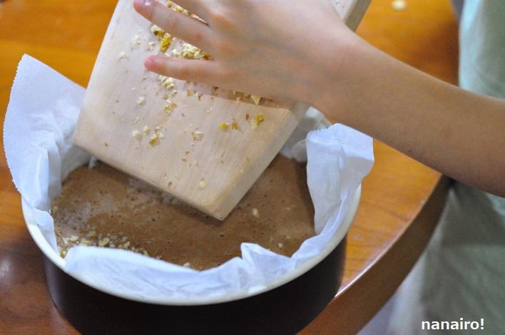 クルミを生地に混ぜ合わせます。