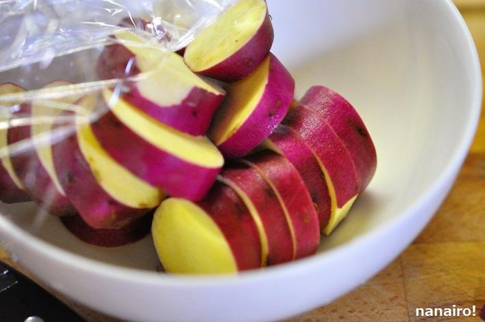 サツマイモを電子レンジで加熱します。