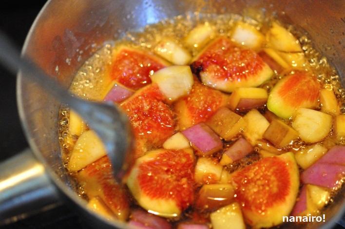 あけびとイチジクを煮ます。
